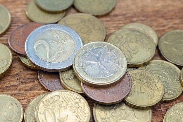 Pilha de velhas moedas de latão close-up