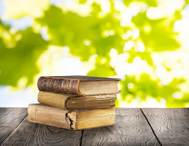 Pilha de velhos livros na mesa de madeira