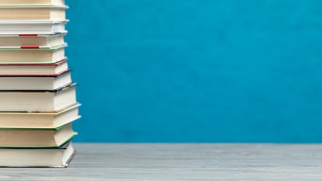 Pilha de vista frontal de livros com espaço de cópia