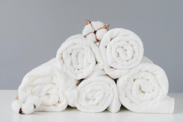 Pilha de vista frontal de toalhas com algodão