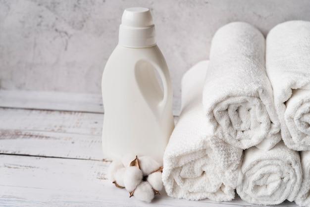 Pilha de vista frontal de toalhas com amaciante de roupa