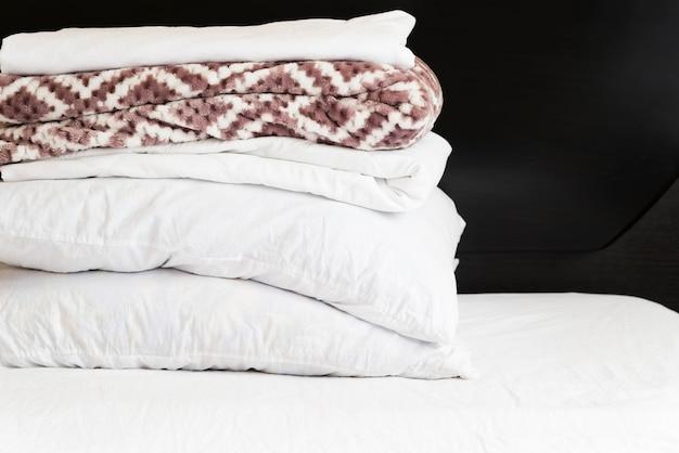 Pilha de vista frontal de toalhas com fundo preto