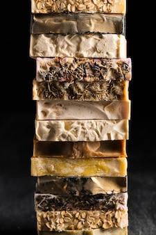 Pilha de vista frontal de vários tipos de sabão