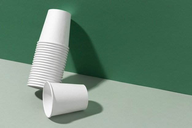 Pilha de xícaras encostada na parede