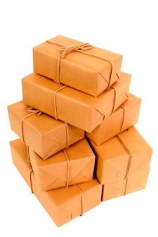 Pilha desarrumada de pacotes de papel pardo