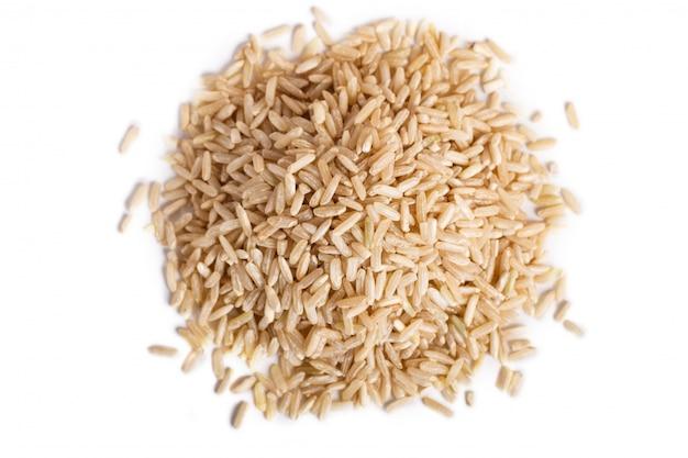 Pilha do arroz integral isolado no fundo branco.