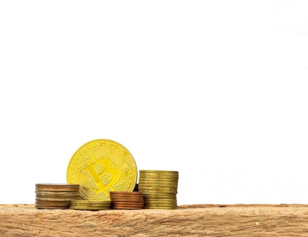 Pilha dourada de bitcoins e moedas. novo dinheiro virtual.