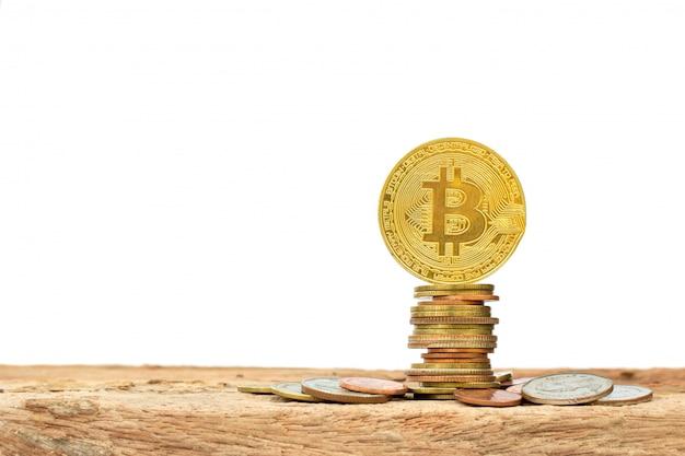 Pilha dourada de bitcoins e moedas
