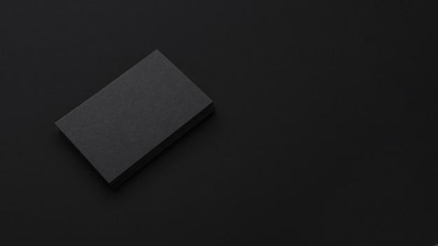 Pilha elegante minimalista de cartões de visita pretos