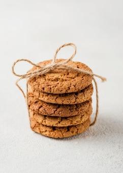 Pilha minimalista de biscoitos embrulhados com corda