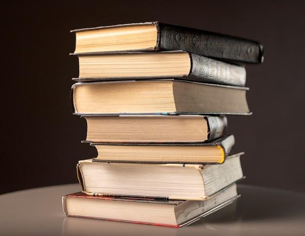 Pilha ou pilha de livros, literatura, livros didáticos na mesa