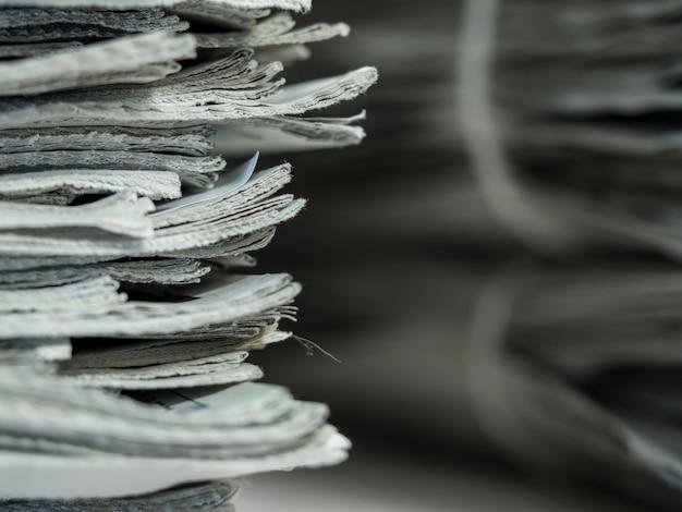 Pilha velha de jornal, conceito do negócio