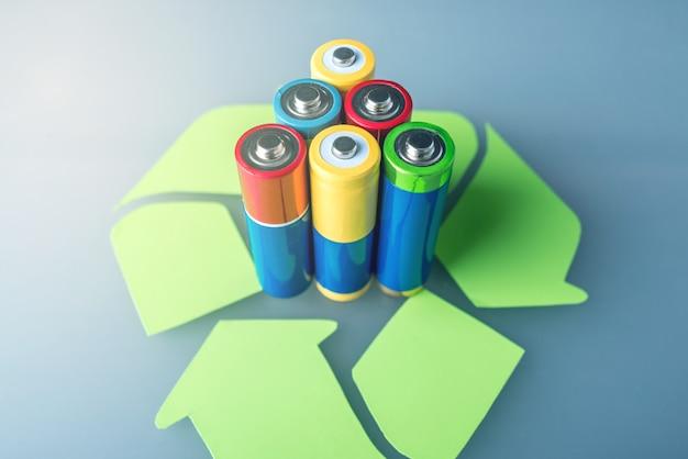 Pilhas aa usadas e placa de reciclagem
