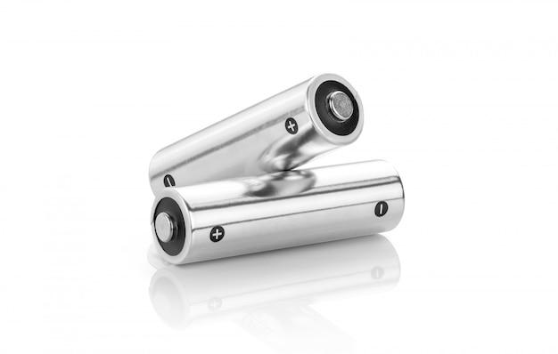 Pilhas alcalinas metálicas, tamanho aa, isoladas no fundo branco