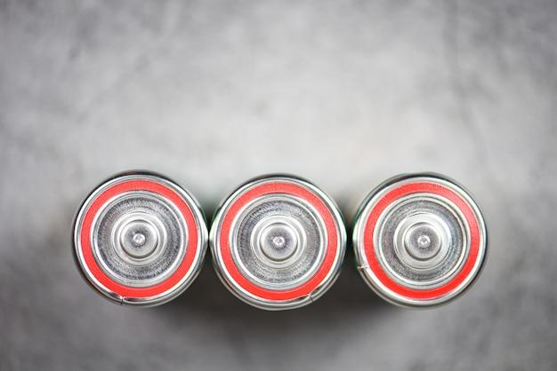Pilhas alcalinas na vista superior - tamanho aproximado da bateria d, foco seletivo