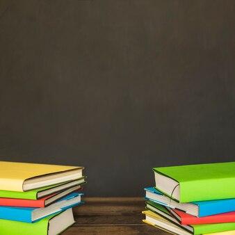 Pilhas coloridas de livros na mesa
