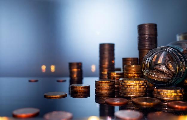 Pilhas das moedas para o conceito da finança e do negócio, conceito de salvamento do dinheiro.