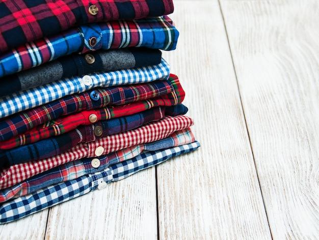 Pilhas de camisas xadrez