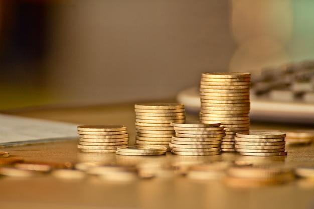 Pilhas de conceito de fundo de moeda de ouro, economizando dinheiro com filtro vintage