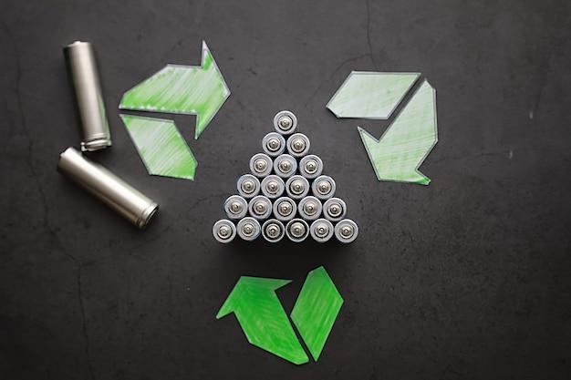 Pilhas de diferentes tamanhos. cuidando do meio ambiente. eliminação de baterias usadas. desperdício zero.