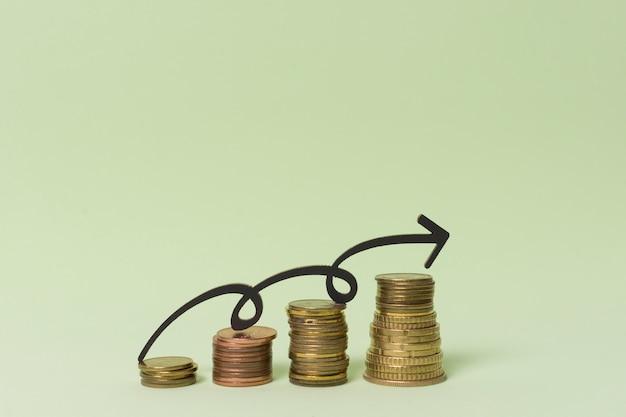 Pilhas de dinheiro moeda com seta