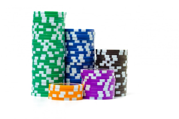 Pilhas de fichas de poker, isoladas no fundo branco