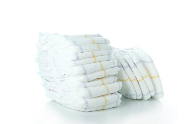 Pilhas de fraldas para crianças isoladas em fundo branco