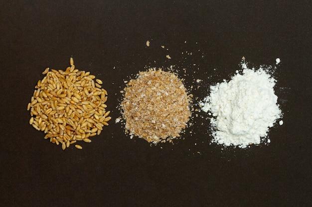 Pilhas de ingredientes para fazer pão