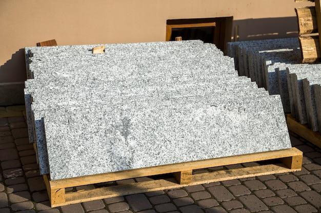 Pilhas de lajes de mármore de granito. folhas de pedra para construção decorativa.