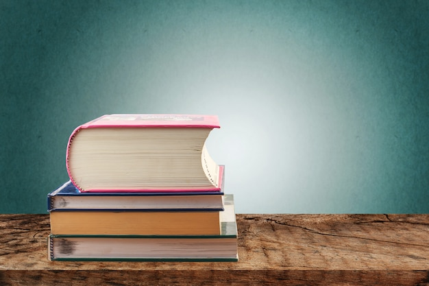 Pilhas de livros na mesa de madeira, volta ao conceito de escola
