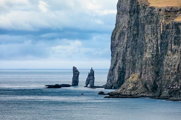Pilhas de mar (risin e kellingin) antes da tempestade, eysturoy, ilhas faroe, dinamarca. europa