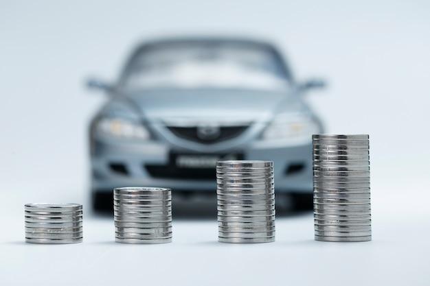 Pilhas de moeda na frente do carro