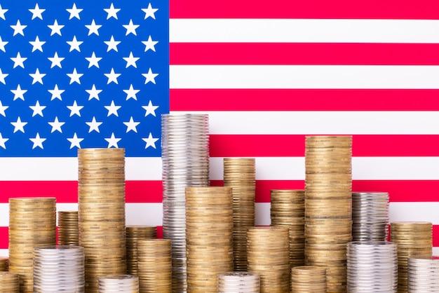 Pilhas de moedas com bandeira dos estados unidos