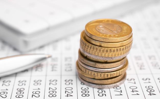Pilhas de moedas com números em documentos