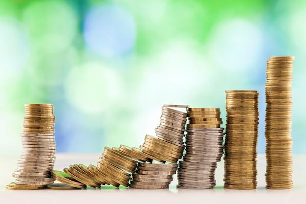 Pilhas de moedas crescentes