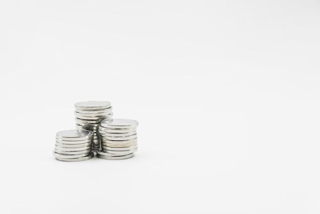 Pilhas de moedas de metal brilhantes