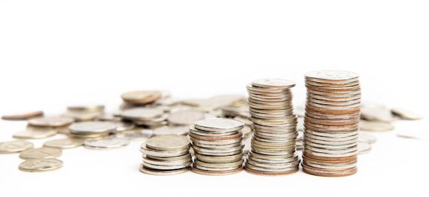 Pilhas de moedas isoladas em um fundo branco