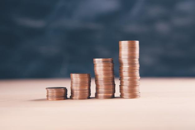 Pilhas de moedas na mesa de madeira