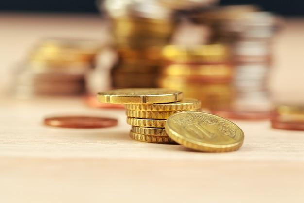 Pilhas de moedas na mesa de trabalho