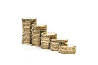 Pilhas de moedas no fundo branco