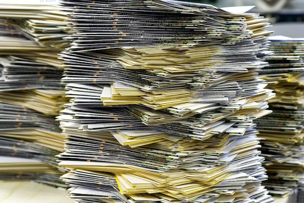Pilhas de muitas folhas para correspondência no escritório