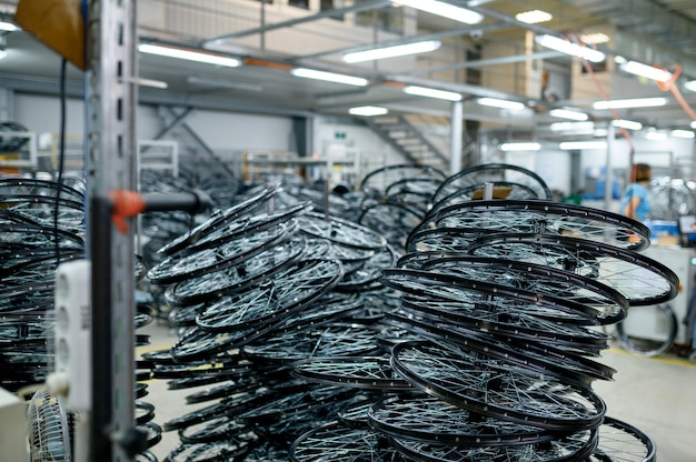 Pilhas de rodas de bicicleta de alumínio novas, ninguém. loja de peças de bicicleta na fábrica, pneus no hangar, linha de montagem, bicicleta