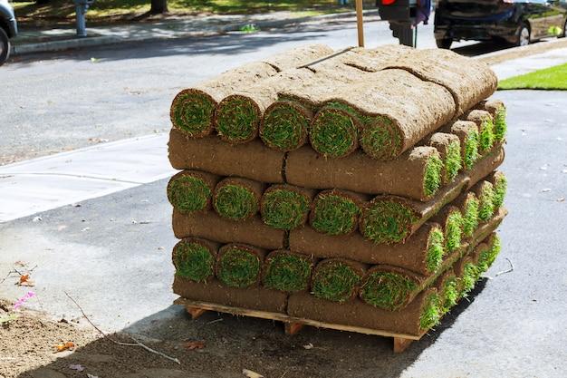 Pilhas de rolos de grama para gramado novo