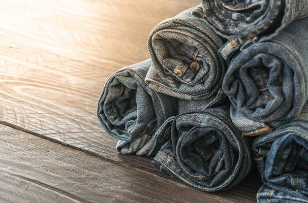 Pilhas de roupas de jeans em madeira