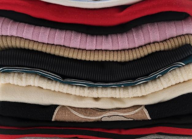 Pilhas de roupas em branco