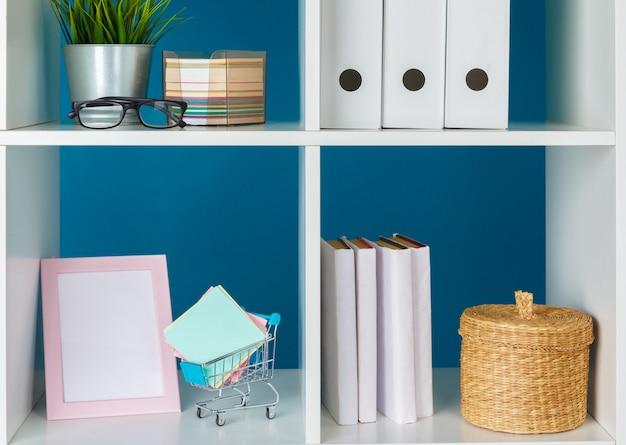 Pilhas de suprimentos e documentos no escritório e estantes