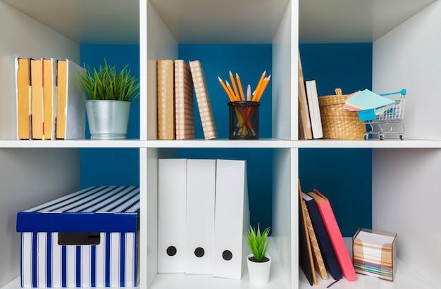 Pilhas de suprimentos e papelada no escritório e nas estantes
