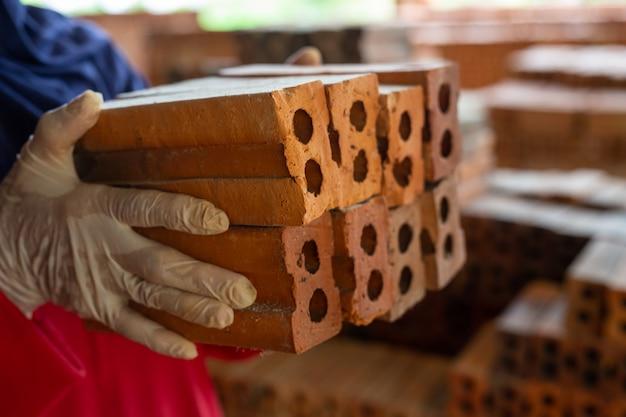 Pilhas de tijolo colocadas no chão da fábrica.