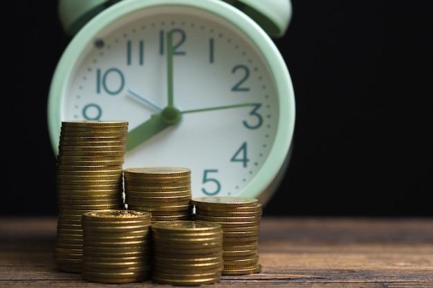 Pilhas despertador e moedas no trabalho