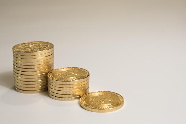 Pilhas douradas de bitcoin